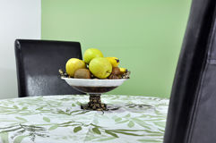Sappige vruchten in een kom Royalty-vrije Stock Foto's