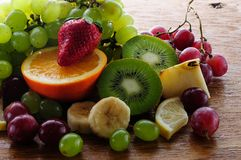 Sappige vruchten op een houten raad stock fotografie