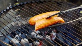 Sappige worst bij de hete grill tijdens de zomerbarbecue in langzame motie stock video