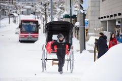 Sapporo, Ιαπωνία - 15 Ιανουαρίου 2017: Η ιαπωνική παραδοσιακή δίτροχος χειράμαξα κάλεσε ` Jinrikisha ` για τους τουρίστες στο Οτα Στοκ φωτογραφίες με δικαίωμα ελεύθερης χρήσης