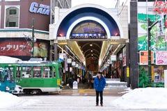 SAPPORO, ΙΑΠΩΝΙΑ - 13 ΙΑΝΟΥΑΡΊΟΥ 2017: Άποψη οδών Tanukikoji των κτηρίων, ένας από τους δημοφιλέστερους τόπους προορισμού τουριστ Στοκ Εικόνα