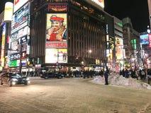 SAPPORO, JAPÃO - 17 DE DEZEMBRO DE 2016: Passagens do tráfego com o Susuki Fotos de Stock