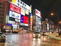 SAPPORO, JAPÃO - 18 DE DEZEMBRO DE 2016: Passagens do tráfego com o Susuki Fotos de Stock Royalty Free