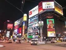 SAPPORO, JAPÃO - 17 DE DEZEMBRO DE 2016: Passagens do tráfego com o Susuki Foto de Stock Royalty Free