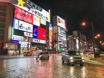 SAPPORO, JAPÃO - 18 DE DEZEMBRO DE 2016: Passagens do tráfego com o Susuki Fotos de Stock