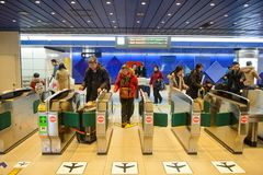 Sapporo, Japão - 15 de janeiro de 2017: Extasie portas da estação de metro em Sapporo, Japão Imagens de Stock