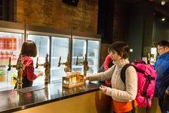 Sapporo, Japão, o 28 de janeiro de 2018: O museu da cerveja de Sapporo é popula Fotografia de Stock