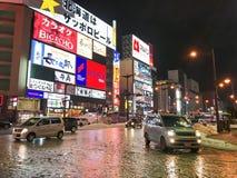 SAPPORO, JAPÓN - 18 DE DICIEMBRE DE 2016: Pasos del tráfico con el Susuki Imagen de archivo