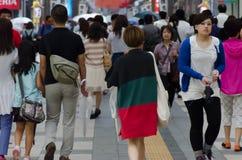 SAPPORO, JAPÓN - 27 de julio gente alrededor de la calle de las compras de la ciudad de poste Fotografía de archivo