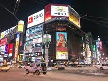 SAPPORO JAPAN - DEC 17, 2016: Trafik passerar till och med Susukien Arkivbild