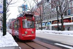 SAPPORO JAPAN - JANUARI 13, 2017: Spårvagn i i stadens centrum Sapporo, bästa lämpligt trans. royaltyfria foton