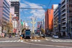 Sapporo modern spårvagn på stationen arkivbilder