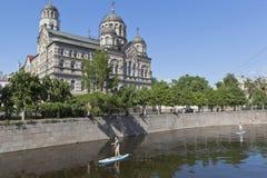 Sapsurfing вдоль реки Karpovka на фоне монастыря ` s St. John в Санкт-Петербурге Стоковая Фотография RF