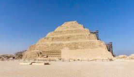 Saqqara, stappiramide van Djoser in Saqqara, archeologisch blijft in het Saqqara-necropool, Egypte Stock Afbeelding