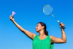Saque colombiano da mulher com raquete e canela de badminton imagem de stock royalty free