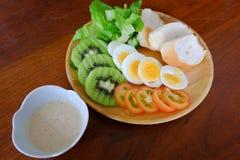 Saque cortado da salada do ovo com vegetal, quivi, tomate, e pão friável foto de stock