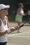 Saque de espera do tênis da mulher fotografia de stock