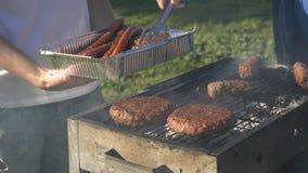 Saque de las salchichas y de los kebabs listos de la parrilla imagen de archivo libre de regalías