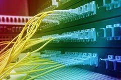 Saque do cabo da fibra com estilo da tecnologia contra a fibra óptica Foto de Stock