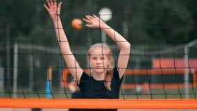 Saque do voleibol da mulher Mulher que prepara-se a para servir o voleibol ao estar no movimento lento da praia filme