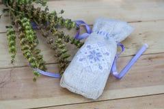 Saquinho com bordado ucraniano, polia do trigo e as ervas secadas no fundo de madeira Imagem de Stock Royalty Free