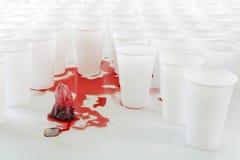 Saquinho de chá do sangramento com chá vermelho do hibiscus na frente do plástico branco Fotos de Stock