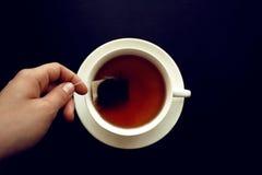 Saquinho de chá em um copo branco imagem de stock