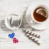 Saquinhos de chá caseiros do dia de Valentim, chá com limão e cookies Imagens de Stock Royalty Free