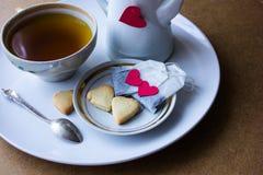 Saquinhos de chá com coração cookies do café da manhã sob a forma dos corações Fotos de Stock
