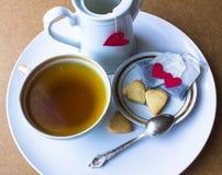 Saquinhos de chá com coração cookies do café da manhã sob a forma dos corações St Dia do ` s do Valentim Imagem de Stock