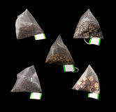 5 saquinhos de chá luxuosos da pirâmide isolados no preto Fotos de Stock
