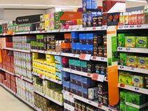 Saquinhos de chá para a venda em prateleiras de loja. Imagem de Stock Royalty Free