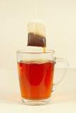 Saquinhos de chá sobre o vidro com chá quente aromático Imagens de Stock Royalty Free