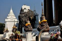 Saraburi,泰国:在Wat Phra Phutthabat的Prangs 免版税图库摄影