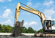 SARABURI TAILÂNDIA 12 de julho: Trabalhadores dos construtores na máquina de asfaltagem do paver durante a rua da estrada que rep Imagens de Stock Royalty Free