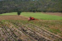Saraburi, Tailândia: Fazendeiro que ara campos foto de stock