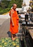 Saraburi, Tailândia: Monge no altar exterior imagens de stock