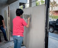 SARABURI, TAILÂNDIA - 11 de novembro de 2017: o trabalhador de mulheres é t indo Fotos de Stock Royalty Free