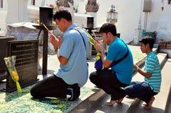 Saraburi, Tailandia: Tres hombres que ruegan en el templo foto de archivo libre de regalías