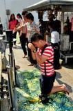 Saraburi Thailand: Man som ber på tempelet arkivbild