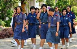 Saraburi Thailand: Skola flickor på det thailändska tempelet fotografering för bildbyråer