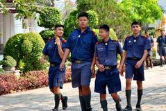 Saraburi Thailand: Thailändska Schoolboys på tempelet royaltyfria bilder