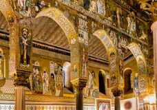 Saracene bogen en Byzantijnse mozaïeken binnen Palatine Kapel van Royal Palace in Palermo Stock Fotografie