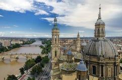 Saragosa und Basilika unserer Dame der Säule lizenzfreie stockfotos