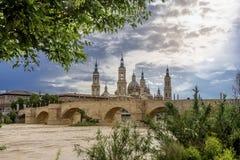 Saragosa und Basilika unserer Dame der Säule lizenzfreie stockfotografie