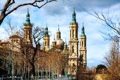 Saragossa, Hiszpania Bazylika Nasz dama filar z niebieskim niebem fotografia stock