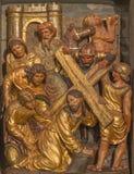 SARAGOSSA, SPANIEN - 3. MÄRZ 2018: Das polychome schnitzte Renaissanceentlastung von Jesu unter Kreuz mit seiner Mutter Mary Stockfoto