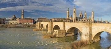 Saragozza - il panorama del ponte Puente de Piedra e della luce di Basilica del Pilar di mattina Immagine Stock
