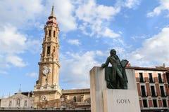 Saragozza, Spagna, statua di Francisco de Goya con la torre della cattedrale del salvatore Fotografia Stock