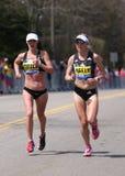 Sarah Crouch EUA e Spence Gracey, Neely (EUA) competem acima do monte do desgosto durante a maratona de Boston Imagem de Stock